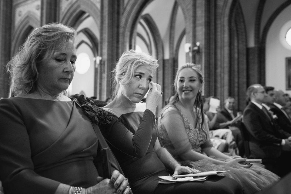Madre llorando Iglesia La Asunción boda David y Ágata Málaga