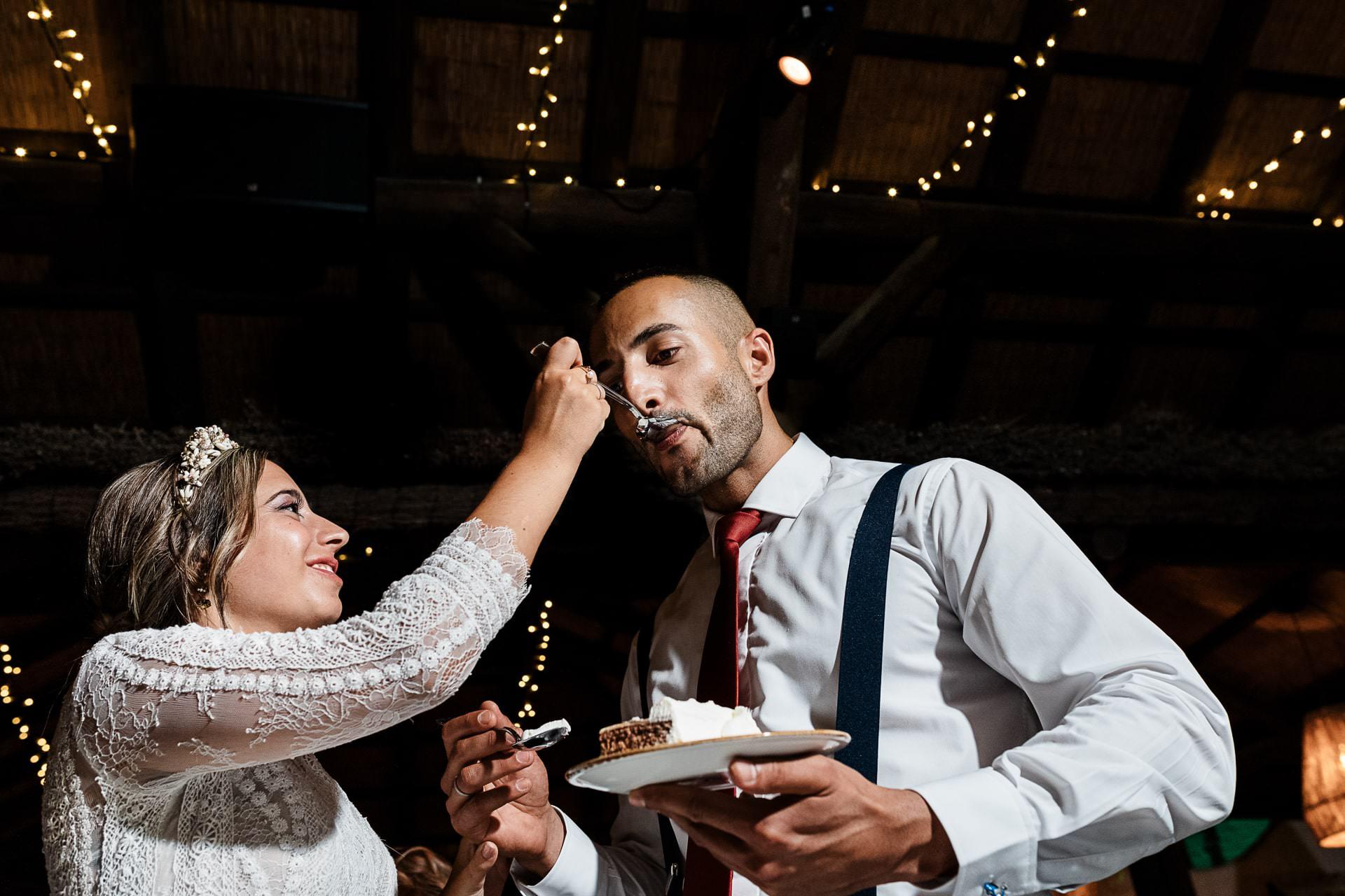 Corte de tarta de boda en la palapa del Candado Beach Málaga