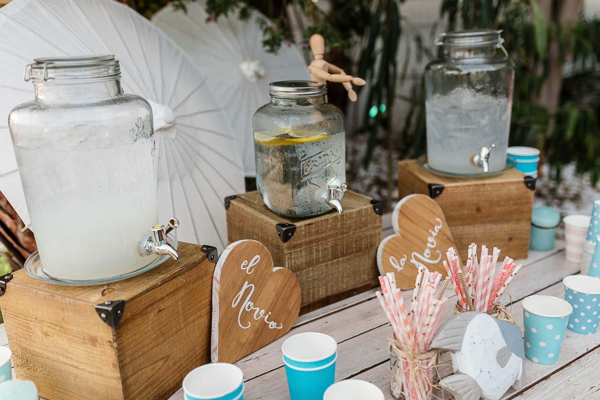 Corner de limonada en la boda en la playa en Candado Beach